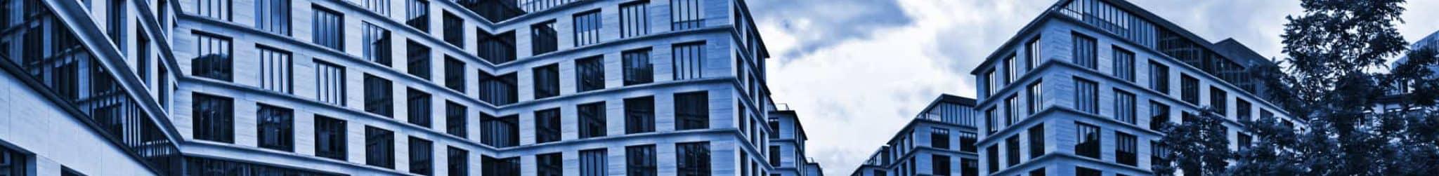 Gebäude an einem zentralen Platz mit Blick auf Hochhaus.
