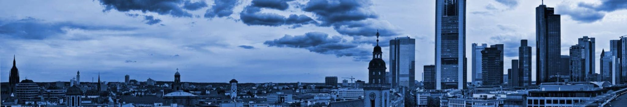 Frontaler Blick auf die Frankfurter Skyline.