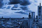 Frankfurter Skyline mit Weitblick über die Stadt.