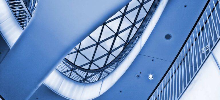 Architektur im Skyline Plaza Frankfurt von unten.