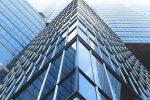 Hohes Gebäude mit vielen Fenstern, Fokus auf Architektur.